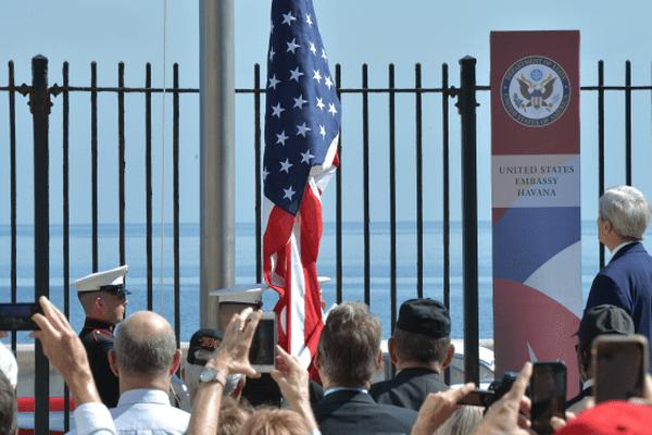 John Kerry face au drapeau américain, devant l'ambassade des Etats-Unis à Cuba.
