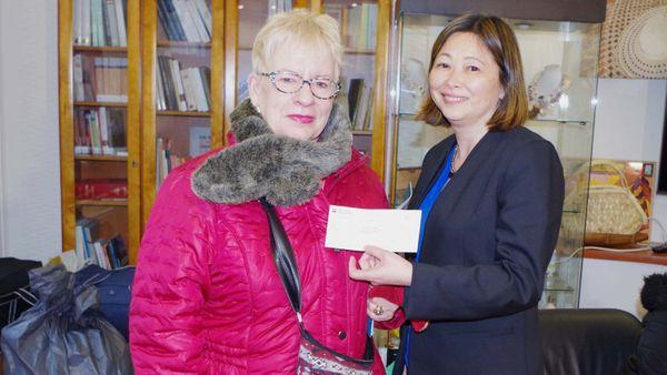 Caroline Tang reçoit un chèque de l'amicale des amis de la Polynésie