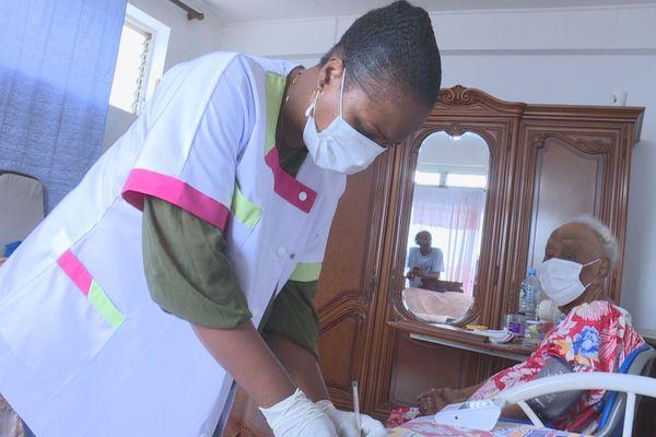Une infirmière libérale au travail