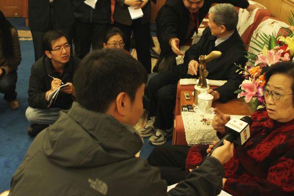Le docteur Youyou Tu interviewée en Chine après avoir obtenu un prix aux Etats-Unis en 2011