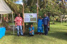 Ameko Marcel Melemë (en chemise rouge), le 1er mai 2016, à Lifou, sur le site touristique de EASO, inauguré le jour même par Manuel Valls, premier ministre de l'époque, qui avait annoncé la participation de l'Etat pour le site.