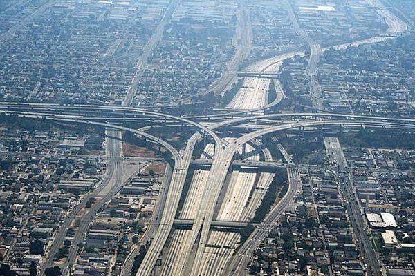 Pour lutter contre le réchauffement climatique, Los Angeles teste des revêtements blancs sur certaines routes