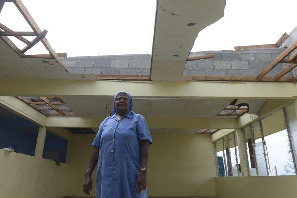 Bonne soeur devant le Lycée catholique de Montmartre, après le passage du cyclone Pam