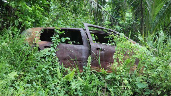 carcasse de voiture calcinée