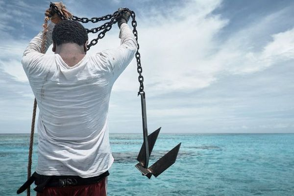 Un homme pêche aux îles Belep