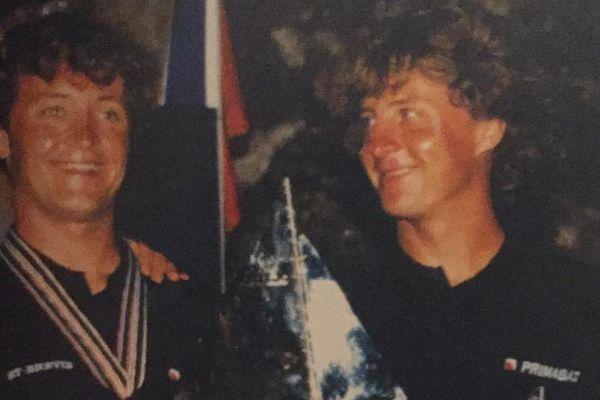 Les frères Bourgnon remportent la Transat Jacques Vabre en 1997. Laurent, à droite regarde fièrement son petit frère Yvan.