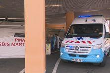 Ambulance devant les urgences de l'hôpital Pierre Zobda Quitman à Fort-de-France.