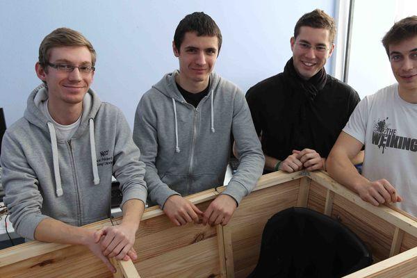 Benjamin Bosserelle (au centre, pull noir) et ses camarades devant Stimulus, le prototype qu'ils ont mis au point.