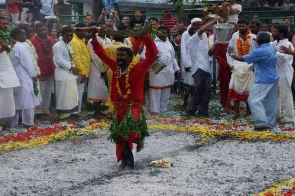 Marche sur le feu cérémonie tamoul 08