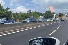 File d'attente de véhicules à proximité des stations d'essence à Fort-de-France.