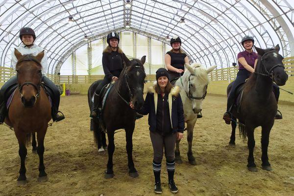 Manon Castelas, la nouvelle monitrice du club d'équitation de Saint-Pierre