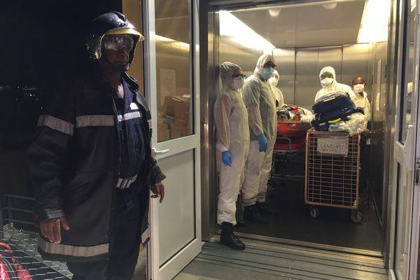 Après son transfert par hélicoptère PUMA un patient Covid-19 rejoint une salle de réanimation du CHUM