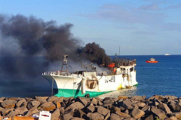 Bateau de pêche Taïwanais en feu à Maurice 24 août 2021