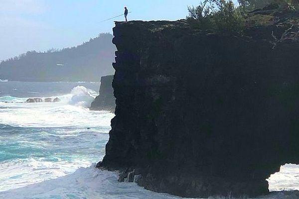 Pêcheur au sommet de la falaise