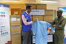 À Barbade, lOrganisation Panaméricaine de la Santé fait un don d'équipements pour lutter contre le COVID 19.