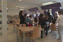 Les élèves de CM2 découvrent le centre de documentation et d'information du lycée Emile Letournel. Des futurs collégiens qui feront leur rentrée scolaire dans l'établissement en septembre 2021.