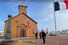 Dépot de gerbe au monument aux morts Place des Ardilliers à Miquelon par Christian Pouget