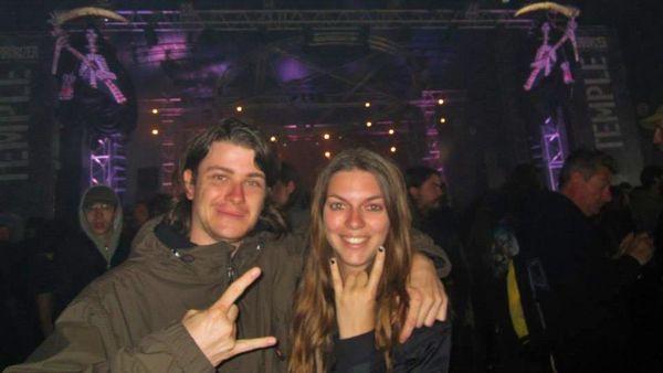 Fans de métal, Hélène et son compagnon organisent de nombreux concerts.