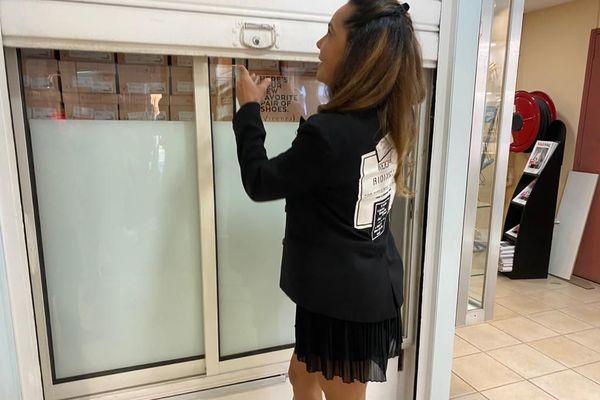 Gérante ouvre sa boutique