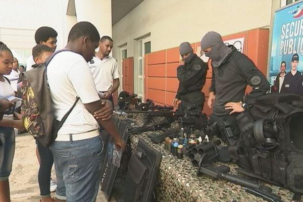 Des collégiens découvrent le commissariat de Police de P-à-P
