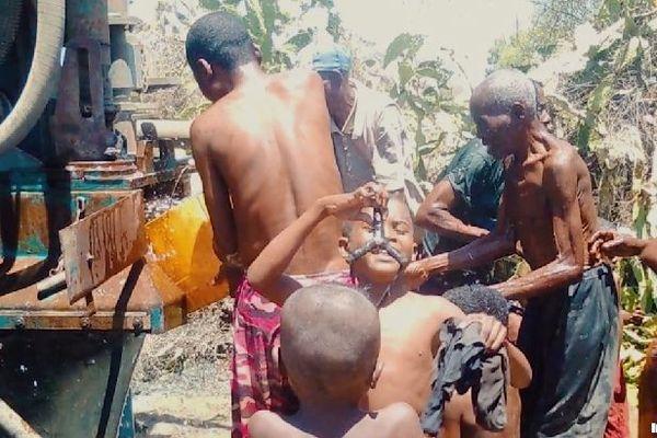 Distribution d'eau dans le Sud de Madagascar opération Kéré novelmbre 2020