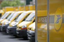 Des voitures postales en stationnement (image d'illustration).