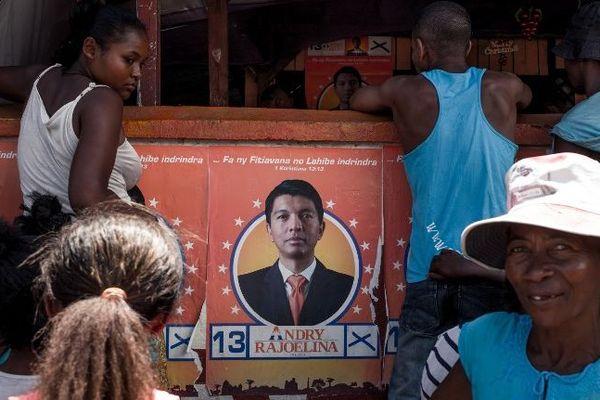 Des habitants de Fort Dauphin devant le siège des militants pour la candidature à la présidentielle d'Andry Rajoelina