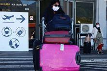 Des tests de dépistage du coronavirus sont réalisés à l'aéroport de Gillot, à La Réunion.