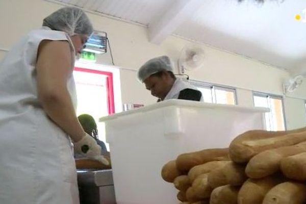 Préparation de sandwich dans une école