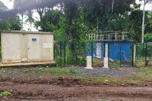 Le transformateur (à gauche) et le forage (à droite en bleu) de la discorde entre le SMEAM et la famille Halidi M'chindra.