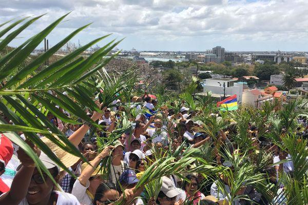 Des milliers de fidèles rassemblés pour la messe du pape François à Port-Louis.