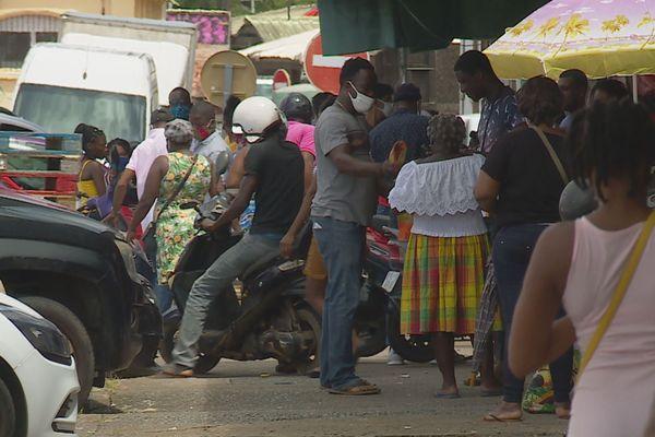 Encore beaucoup de monde dans les rues de Cayenne