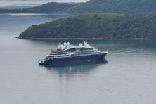Le navire de luxe français Le Lapérouse est au mouillage dans grande rade de Nouville.