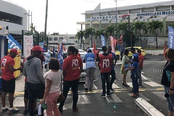 Grève et mobilisation du personnel hospitalier devant le CHU de Bellepierre