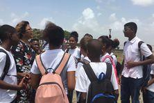 La maire de Cayenne sur la plage des amandiers avec des élèves de l'école Stanilas