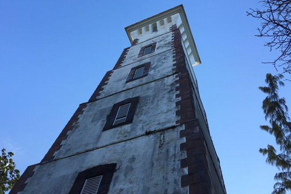 L'édifice de 33 mètres de hauteur domine la baie de Mahina