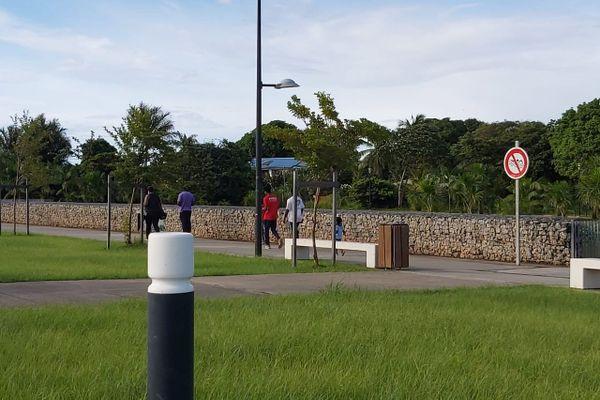 Marche sur le parcours santé au quartier Hibiscus de Cayenne