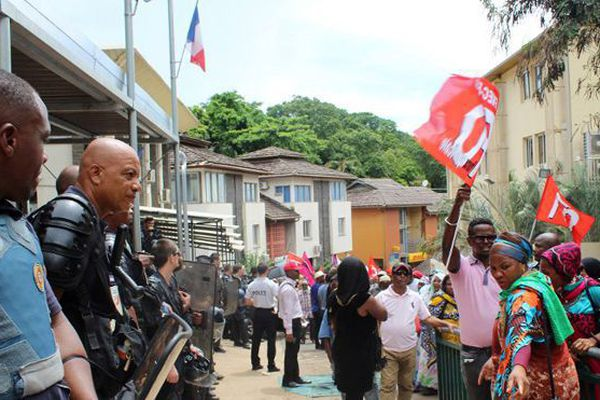 Mayotte : face à face entre manifestants et forces de l'ordre