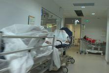 Malades dans les couloirs de l'hôpital.