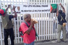 Personnes en soutien devant le Palais de justice de Fort-de-France.