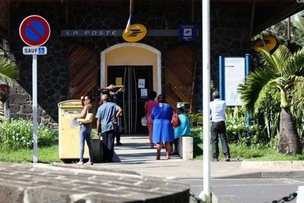 La Poste renforce sa présence durant la crise du coronavirus à La Réunion.