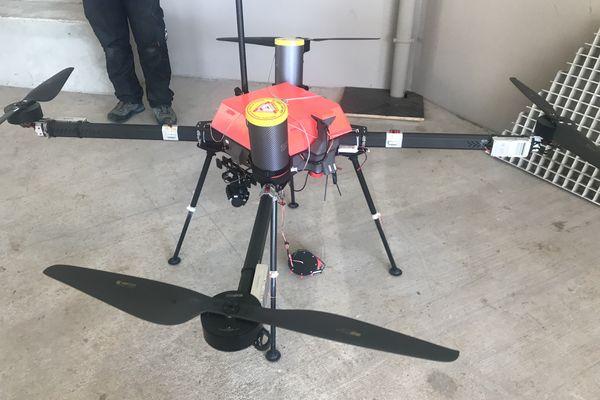 HEAVY PLUS c'est le nom du drone qui mesure en fait 2m30 d'envergure, Premier câble téléphérique pose entre Moufia et le chaudron