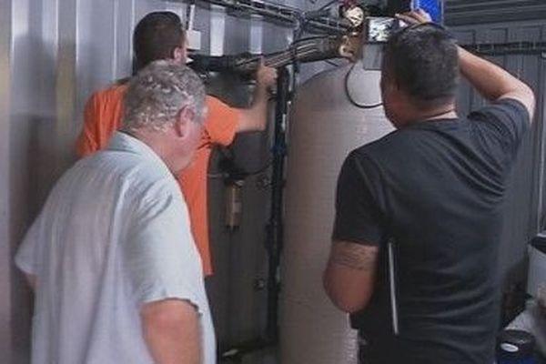 technicien devant ballon d'eau