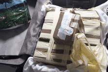 Il pourrait y avoir un lien entre cette interpellation et un premier fait: l'interpellation samedi 19 septembre à l'aéroport Félix Eboué d'un jeune métropolitain avec près de 9 kg de cocaïne dans sa valise.