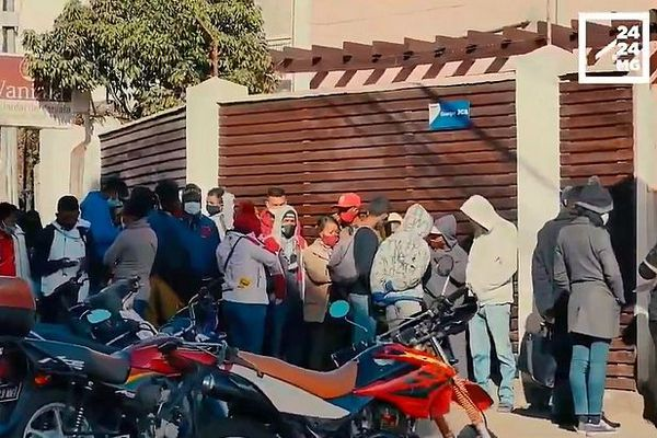 La foule à Tananarive à l'heure des sorties autorisées