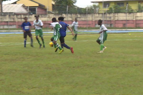 Les jeunes footballeurs de l'ouest en action