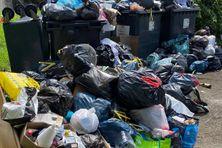 Des poubelles qui débordent sur la voie publique.