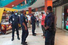 Sensibilisation des fonctionnaires de la police nationale sur le port du masque, au centre commercial Perrinon à Fort-de-France (juillet 2021).