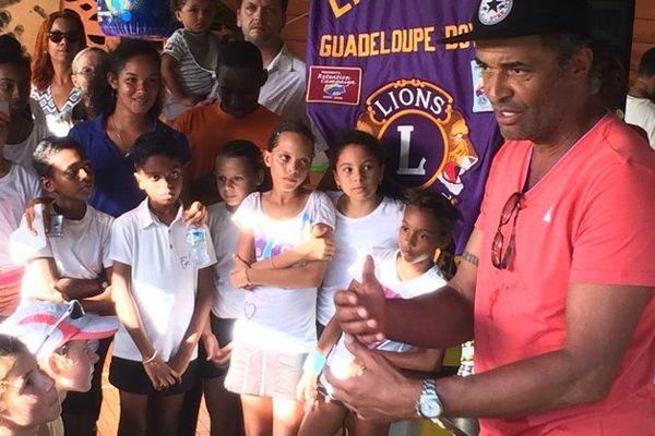 Yannick Noah à la rencontre des jeunes tennismen guadeloupéens
