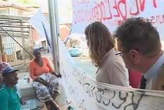 Com Des Lois devant les manifestants à Mamoudzou